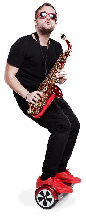 Bild von Christian Gastl auf dem roten Hoverboard. Sax On Wheels ist Saxophon auf Rädern